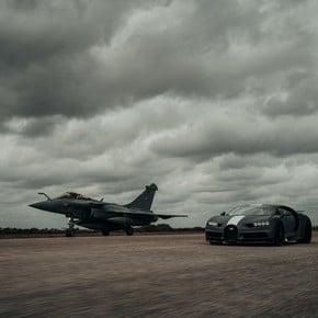 Video: a Bugatti took a dive with a fighter plane
