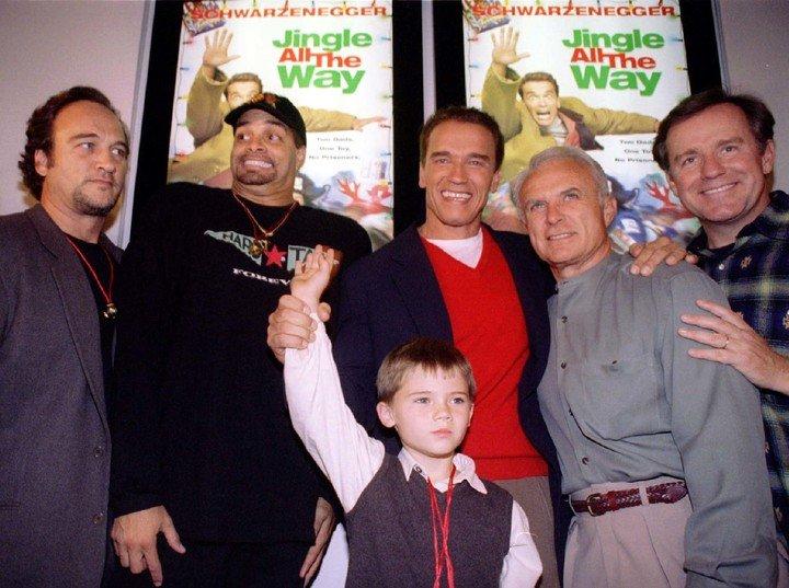 Schwarzenegger, James Beluschi, Sinbad, Robert Conrad, Phil Hartman and Jake Lloyd at the premiere of The Promised Gift. Photo: Reuter.