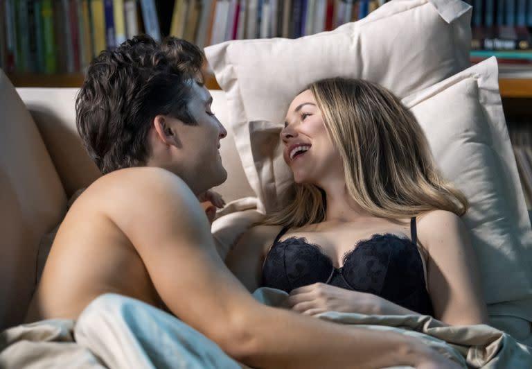 LUIS MIGUEL LA SERIE - Season 2 (LAR) DIEGO BONETA as LUIS MIGUEL and CAMILA SODI as ERIKA in Episode 205 of LUIS MIGUEL LA SERIE Season 2. Cr. CAMILA JURADO / NETFLIX © ️ 2021 (Camila Jurado / NETFLIX /)