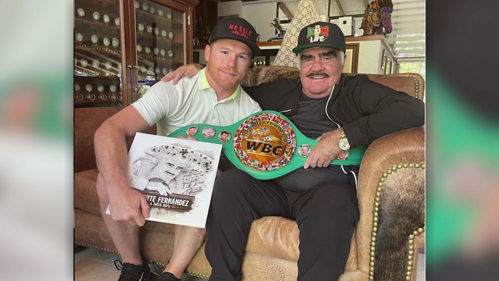 "Canelo Álvarez boasts a photo with his ""idol"""