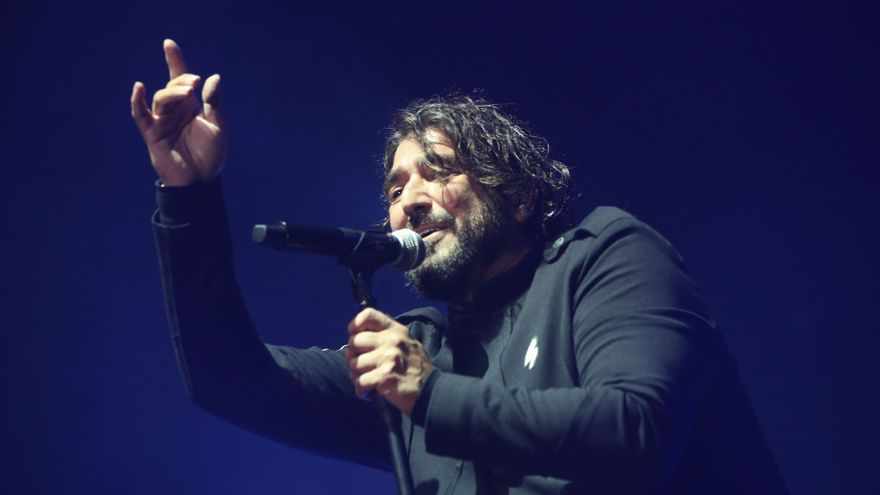 Antonio Orozco takes flight at the Sant Jordi Club