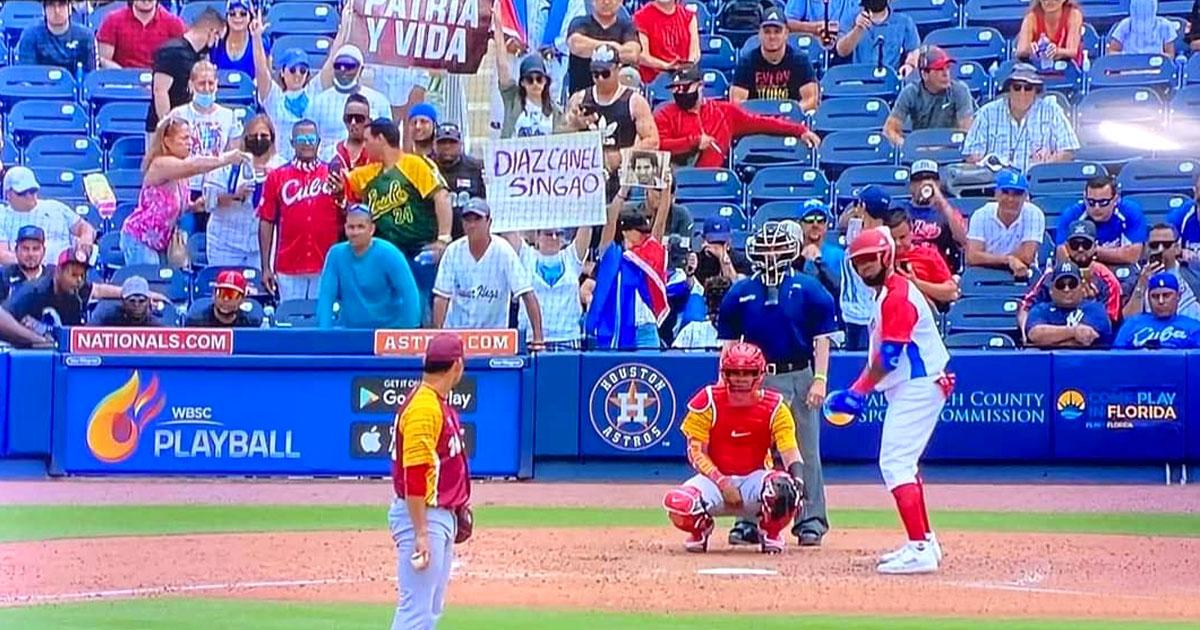 Cuban TV fails to hide the images of the protesters during the broadcast of the ball game in Florida