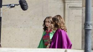 """""""Emily in Paris"""": Lily Collins is back in Paris for the filming of the sequel to the Netfl series ..."""
