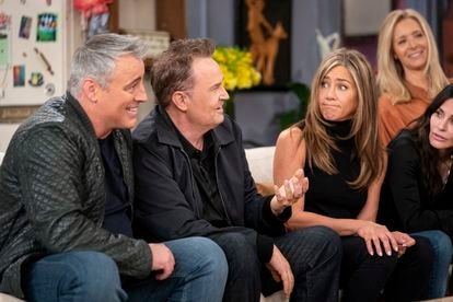 The cast of 'Friends' remembering anecdotes in the old set of the series.