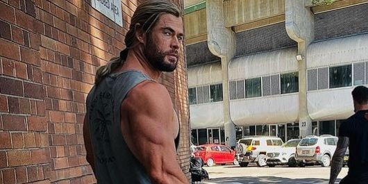 It seems that Thor does not train his legs after seeing this photo of actor Chris Hemsworth