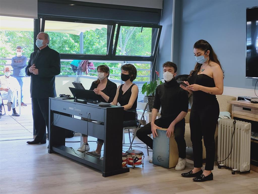 Patients and seniors of the Vianorte-Laguna Foundation in Madrid receive a tribute in the form of a concert