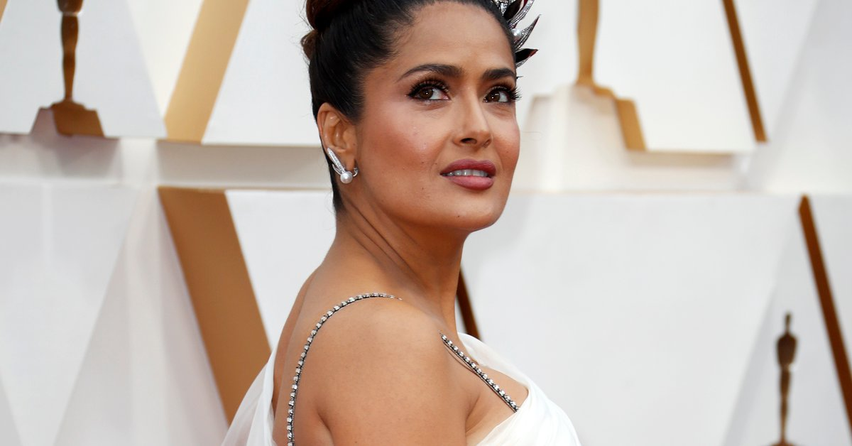 """""""The doctor begged me to go to the hospital"""": Salma Hayek revealed that she almost died from COVID-19"""