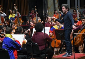 1624071781 The young orchestra Dudamel will start a tour at the