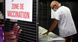 Bruce Willis or Gerard Depardieu take vaccination appointments in Bordeaux