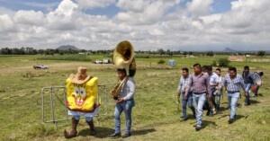 Even with SpongeBob botarga musical group recorded video in Puebla