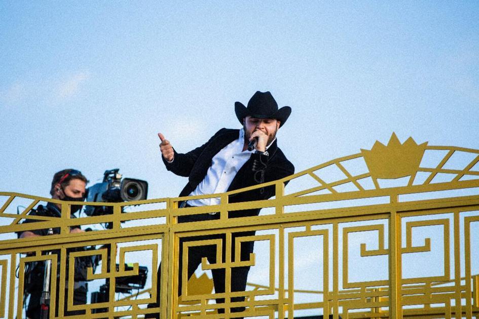 Gerardo Ortiz offers a concert from a truck