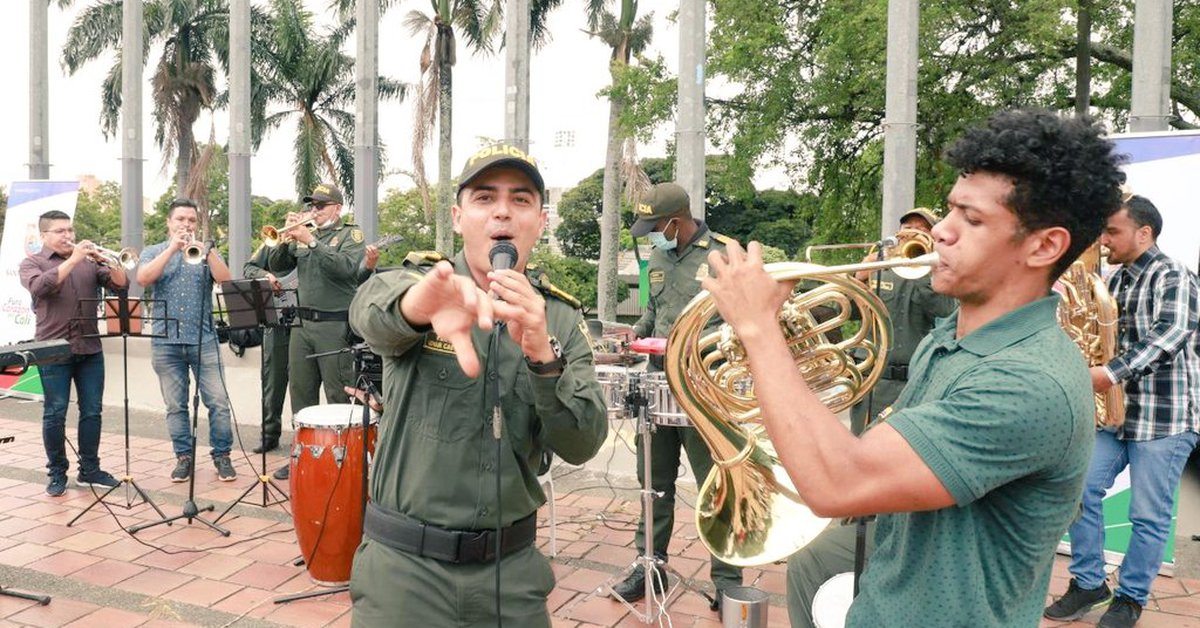 Illegally captured musician and Police star in a reconciliation act in Cali