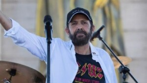 Juan Luis Guerra releases an album with 16 of his hits that he sang at a concert in the Dominican Republic