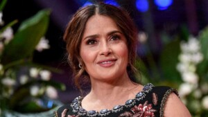 Salma Hayek poses without any clothes under a sheet, her fans are hypnotized