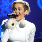 The networks burn before the virtual concert in 8D of Miley Cyrus