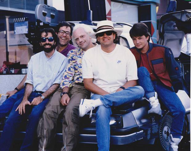 "Bob Gale, Christopher Lloyd, Robert Zemeckis y Michael J Fox en el set de ""Back To The Future 2""."
