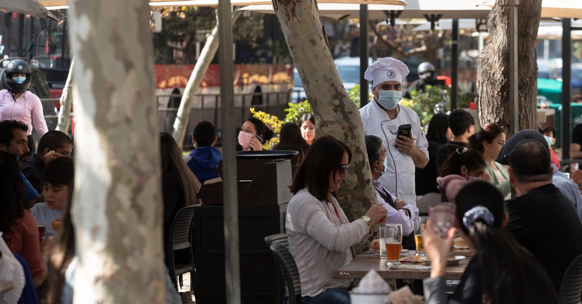 Chile begins to relax its sanitary measures due to the pandemic: concerts and football with public return