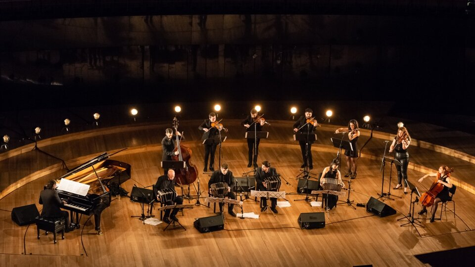He resumed the tribute to Astor Piazzolla at the Kirchner