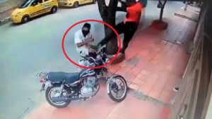 IN VIDEO: Are 'Jackie Chan' in fashion? With a tremendous 'flying' kick they got off a thief