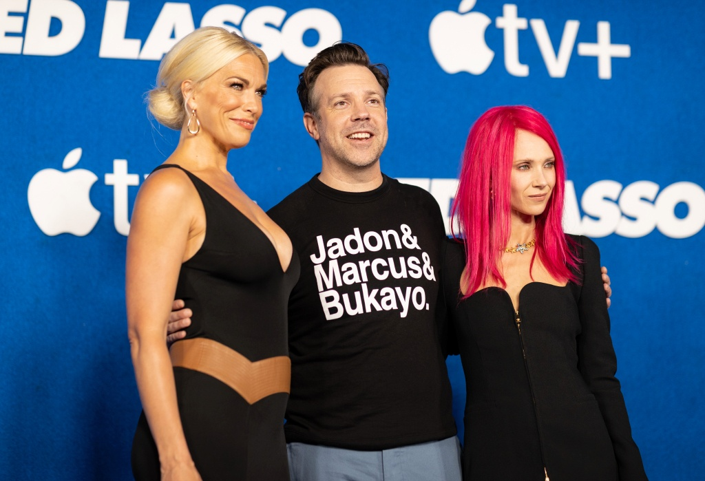Jason Sudeikis carried this message of racial solidarity endorsed by Prince William during the FIFA World Cup awards ceremony. Ted Lasso Premiere