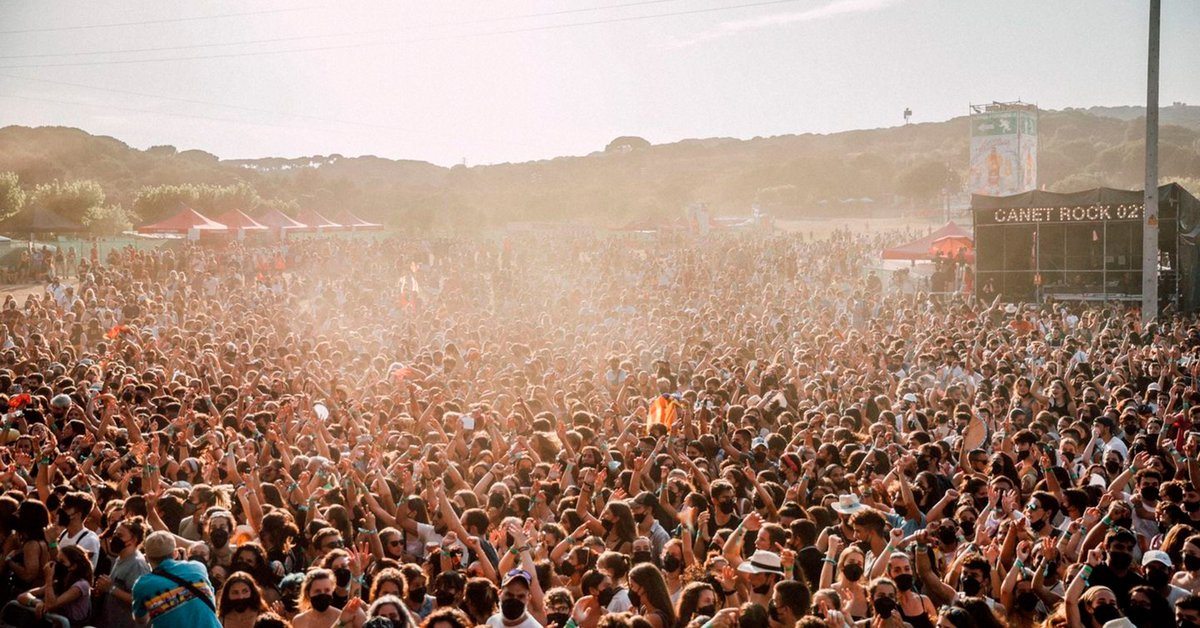 Long lines, little social distance and a lot of local scene: mistakes and successes at the start of the music festival season in Europe