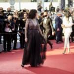 Plunging neckline, visible bra… Isabelle Adjani glamor on the red carpet in Cannes