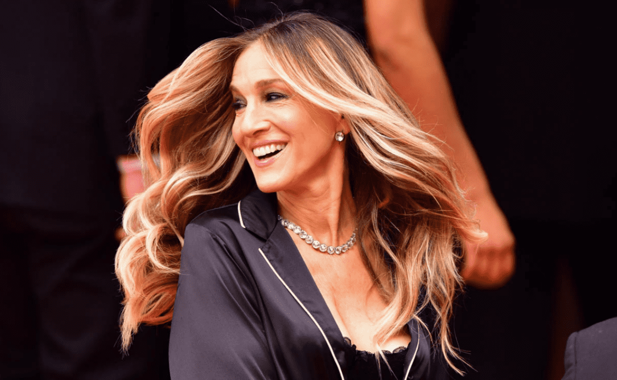 Surprise Sarah Jessica Parker with a photo of Carrie and Mr. Big