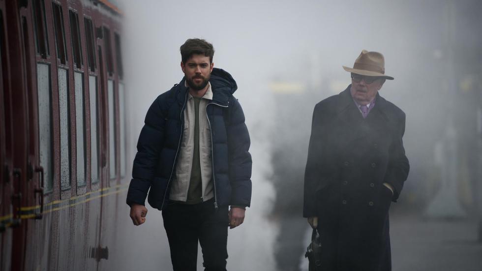 El humorista Jack Whitehall y su aburrido padre Michael se embarcan en viajes inusuales a otras tierras para estrechar su relación.