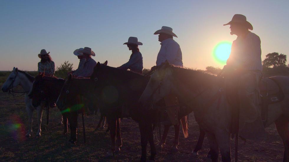 Dale Brisby aprovecha su conocimiento de las redes sociales y sus habilidades como payaso de rodeo para enseñarle al mundo qué significa ser un buen cowboy.