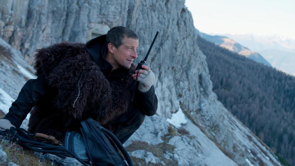 Tras un accidente aéreo, Bear padece de amnesia y debe tomar decisiones para salvar al piloto desaparecido y sobrevivir en esta aventura interactiva de alto riesgo.
