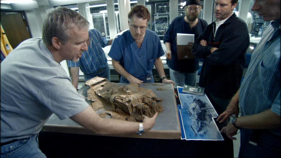 Acompañado por un equipo de historiadores, cineastas y científicos, el director James Cameron explora los restos del Titanic por dentro y por fuera.