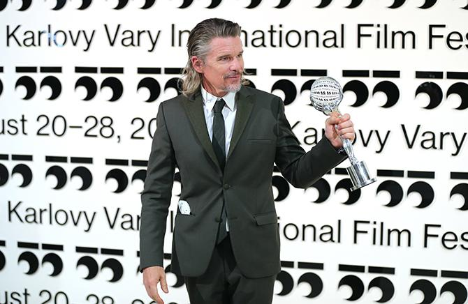 Ethan Hawke on August 28 with his award at the closing ceremony of the 55th Karlovy Vary International Film Festival (Photo by Gisela Schober / Getty Images)