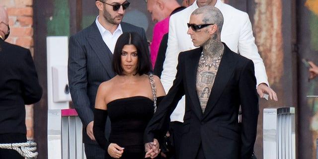 Le nouveau couple puissant Kourtney Kardashian et Travis Barker sont apparus ensemble à Venise.