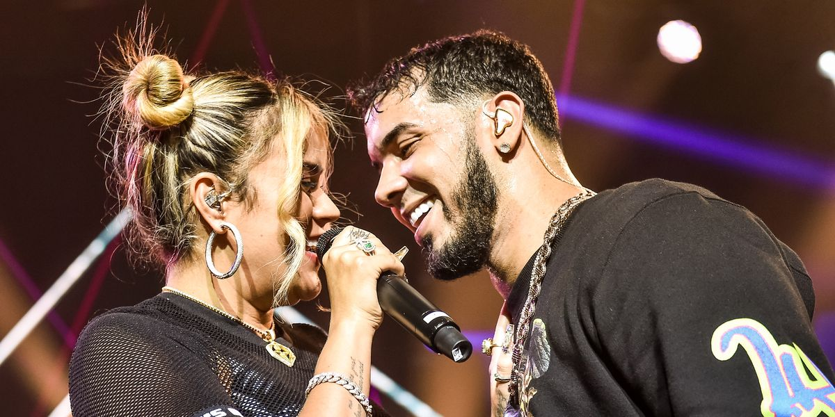 Anuel AA asks Karol G to come back with him in full concert