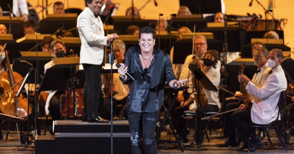 Carlos Vives returns to the stage with an audience and