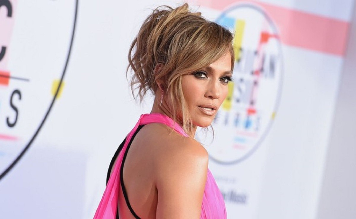 Jennifer Lopez appears wearing only wings in video