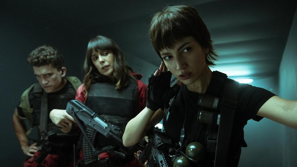 Llega una nueva temporada de la popular series española. La pandilla lleva ya 100 horas en el Banco de España, y el Profesor corre peligro. Lo que es peor aún, se les acerca un nuevo enemigo: el ejército.
