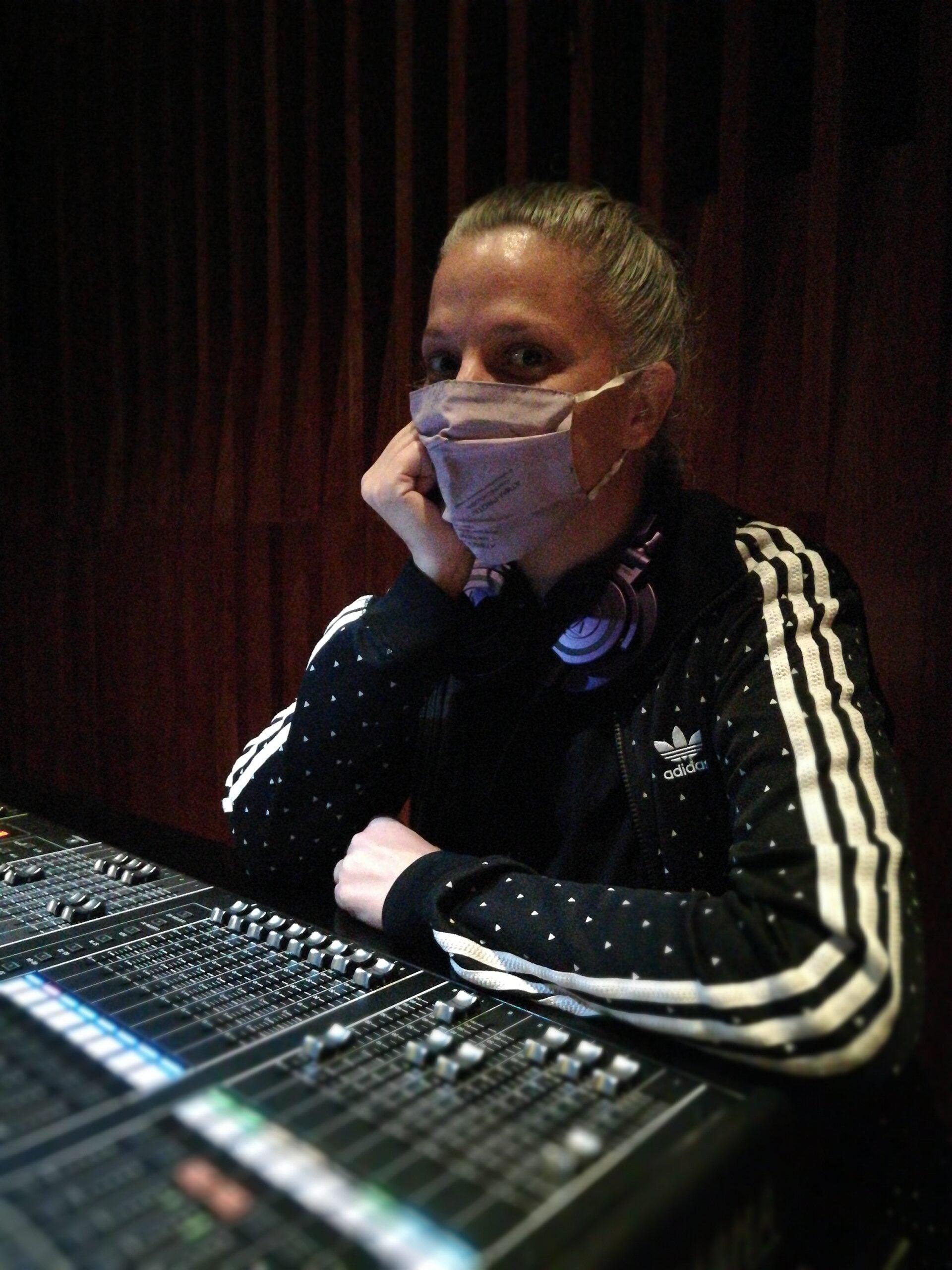 Seis Mujeres que Trabajan en la Industria de la Musica