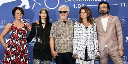 De gauche à droite, Aitana Sanchéz Gijón, Milena Smit, Pedro Almodóvar, Penélope Cruz et Israel Elejalde lors de la présentation matinale des «Mères parallèles».