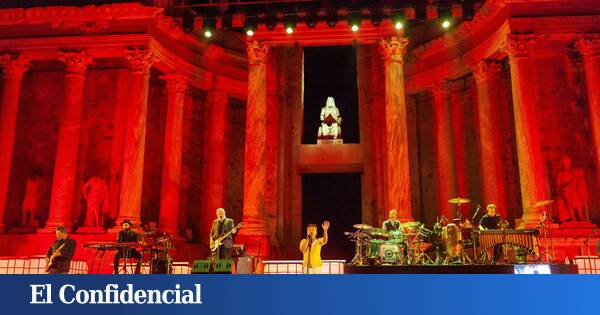 """Love of Lesbian celebrates its quarter century with a concert at the """"exclusive"""" Roman Theater of Mérida"""