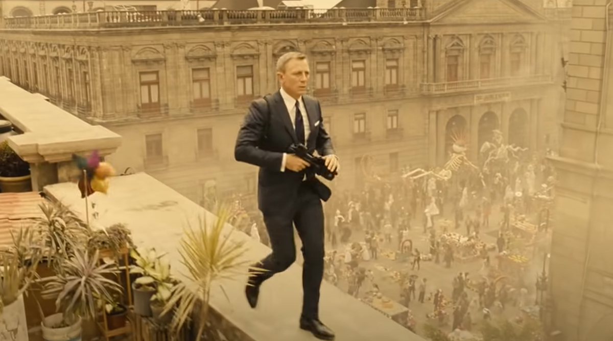 """Daniel Craig shot """"Specter"""" (2015) with a leg injury, as here in the pre-credits in Mexico City: """"I was constantly afraid that my leg would go loose and that I could no longer perform the role"""", says the actor."""