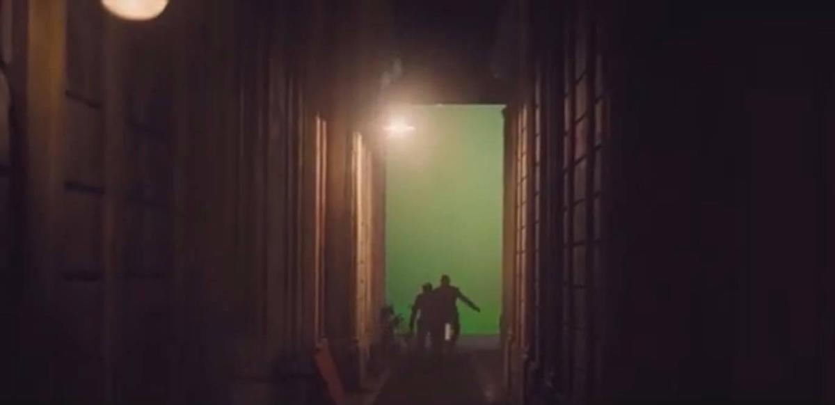 A short run… and Daniel Craig disappears, to the right, at the end of an alley. It's over, the actor shot his last shot in the skin of 007.
