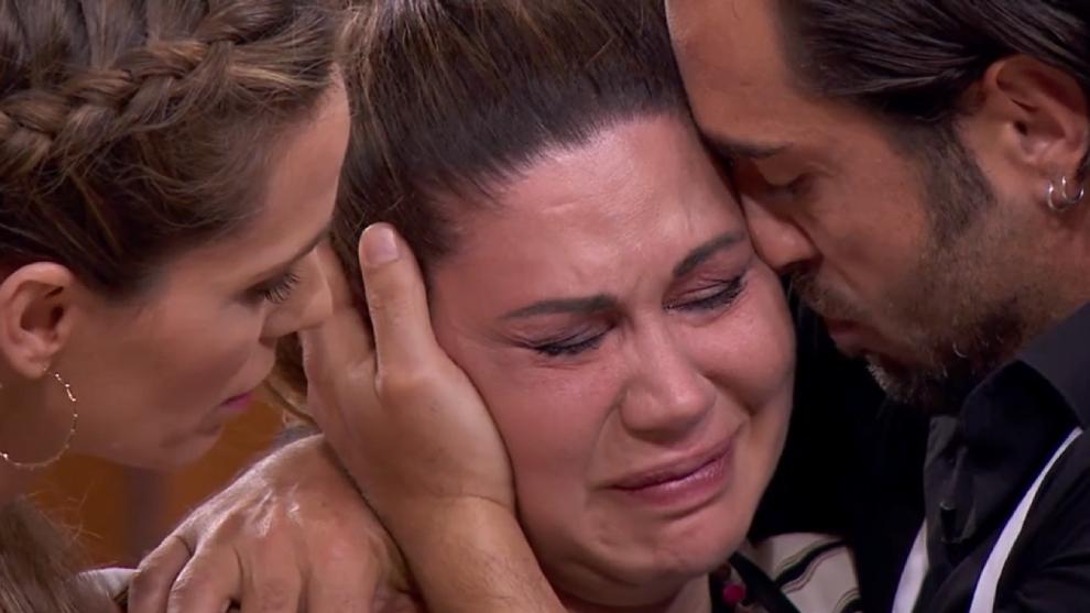 Tamara, consoled by Vanesa Romero and David Bustamante in MasterChef Celebrity 6
