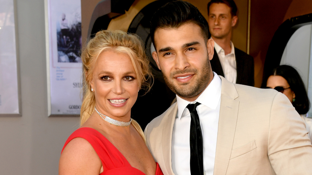 Britney Spears shows us her ring and announces her engagement to Sam Asghari