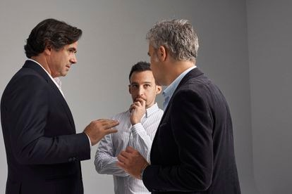 Alejandro Amenábar talks about the filming of the series with Fernando Bovaira (left) and Domingo Corral.