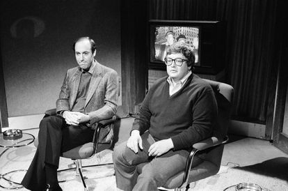 The fame of Gene Siskel and Roger Ebert led them to participate in comedy shows in which they parodied themselves. In the picture, during the recording of a scene from 'Saturday Night Live' in 1982.