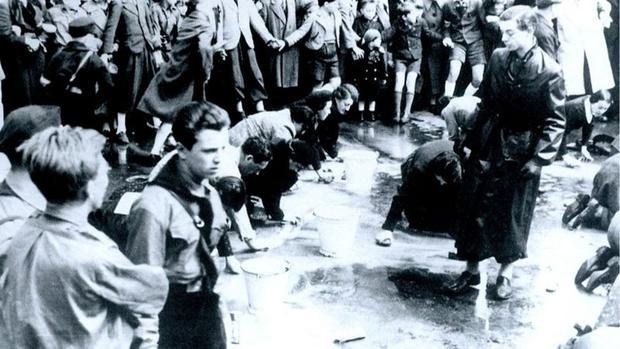 Los judíos austriacos, que se ven aquí obligados a lavar una calle en Viena, se enfrentaron a la persecución cuando el fascismo se impuso en el país. (GETTY IMAGES).