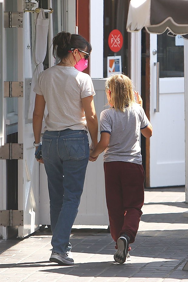 Jennifer Garner gently holds the hand of her son Samuel, 9, during a lunch - Photo E! News UK