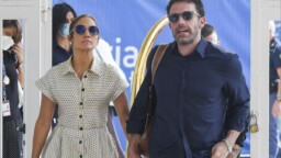 Jennifer Lopez and Ben Affleck kiss passionately in the middle of Central Park and everyone around goes crazy with them