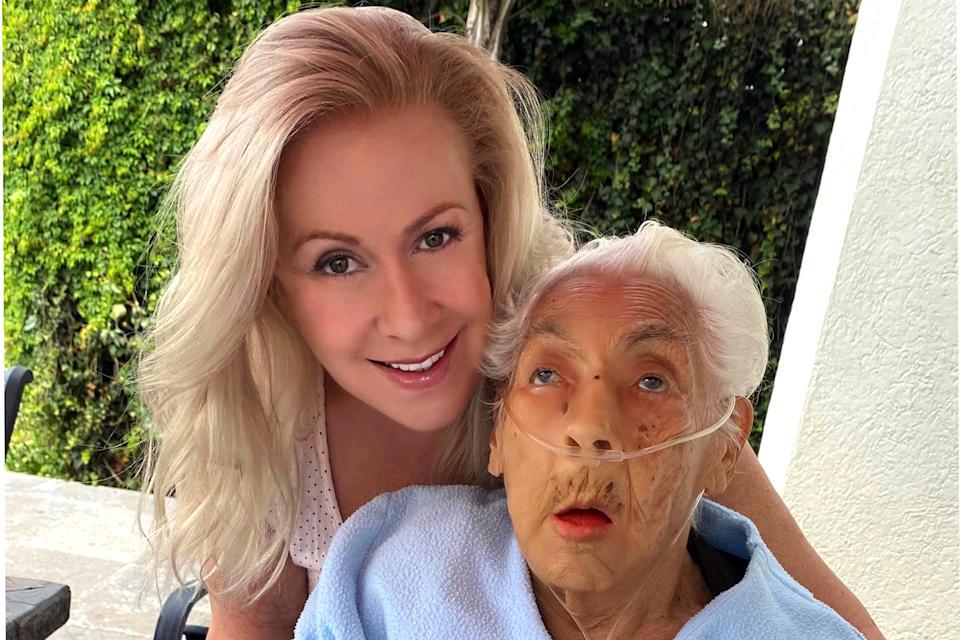 Laura Zapata with granny Eva Mange / Agencia M & # xe9; xico